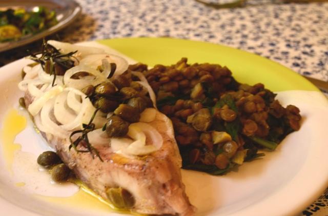 Peixe com alcaparras e lentilhas com espinafre