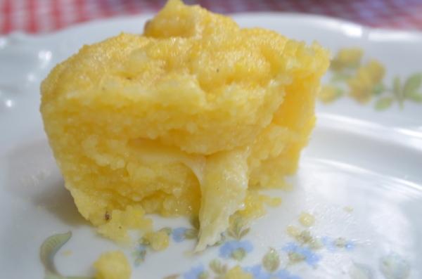 Polenta com recheio de queijo